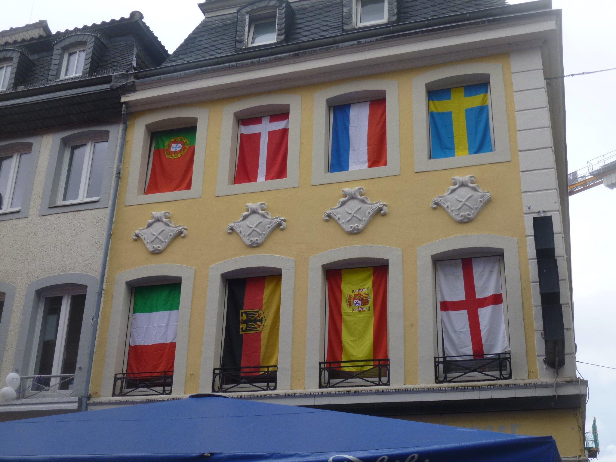 Flaggen am Haus