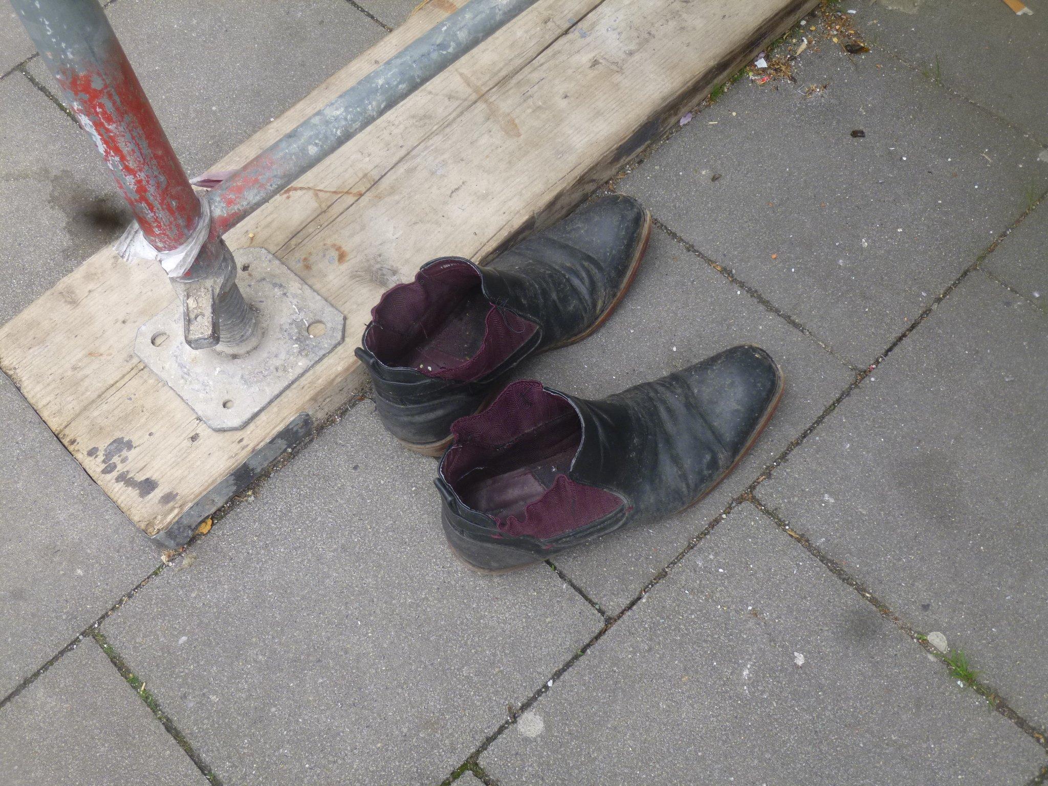 einsame Schuhe - Birkenstraße