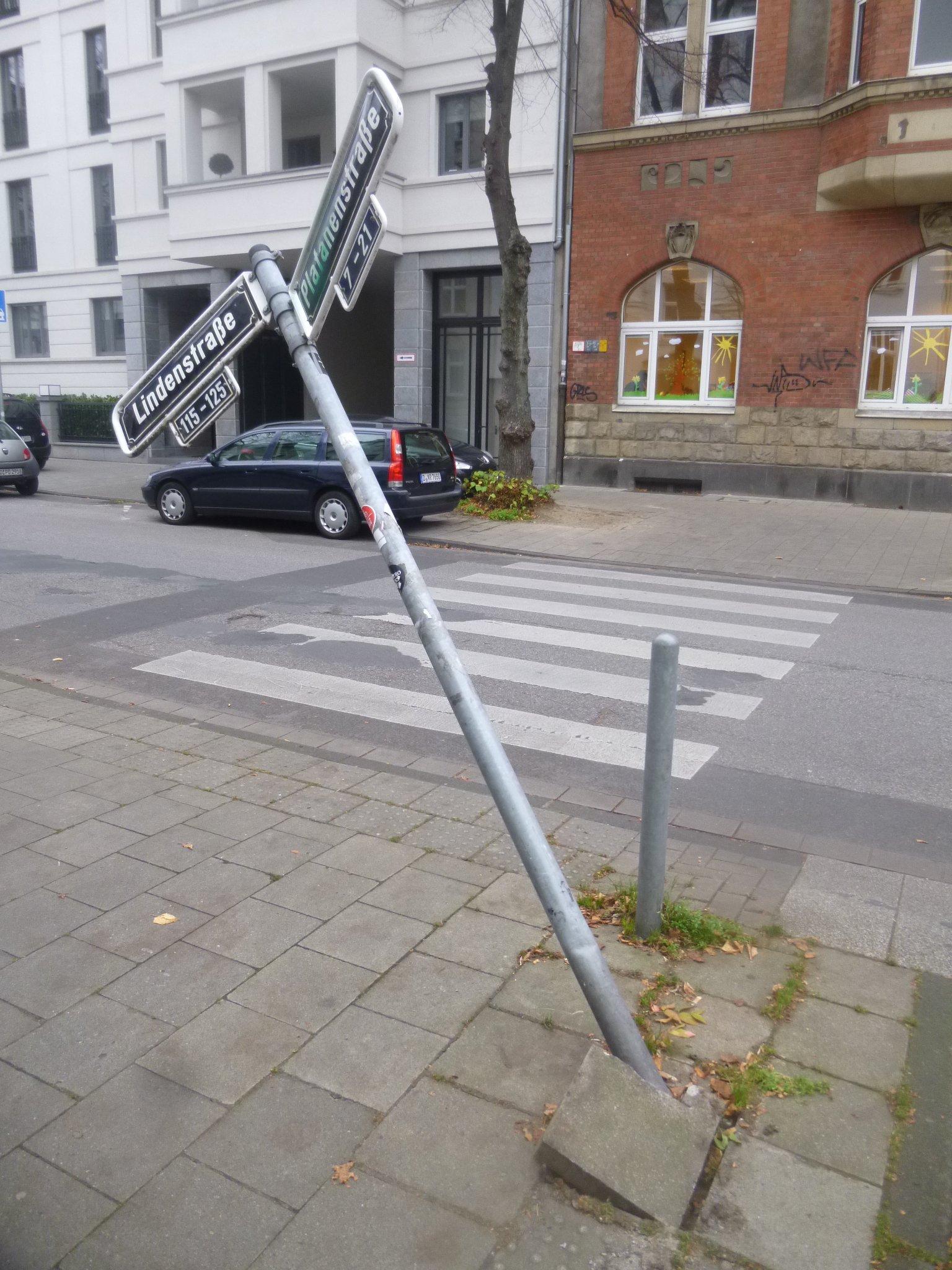 schiefes Straßenschild