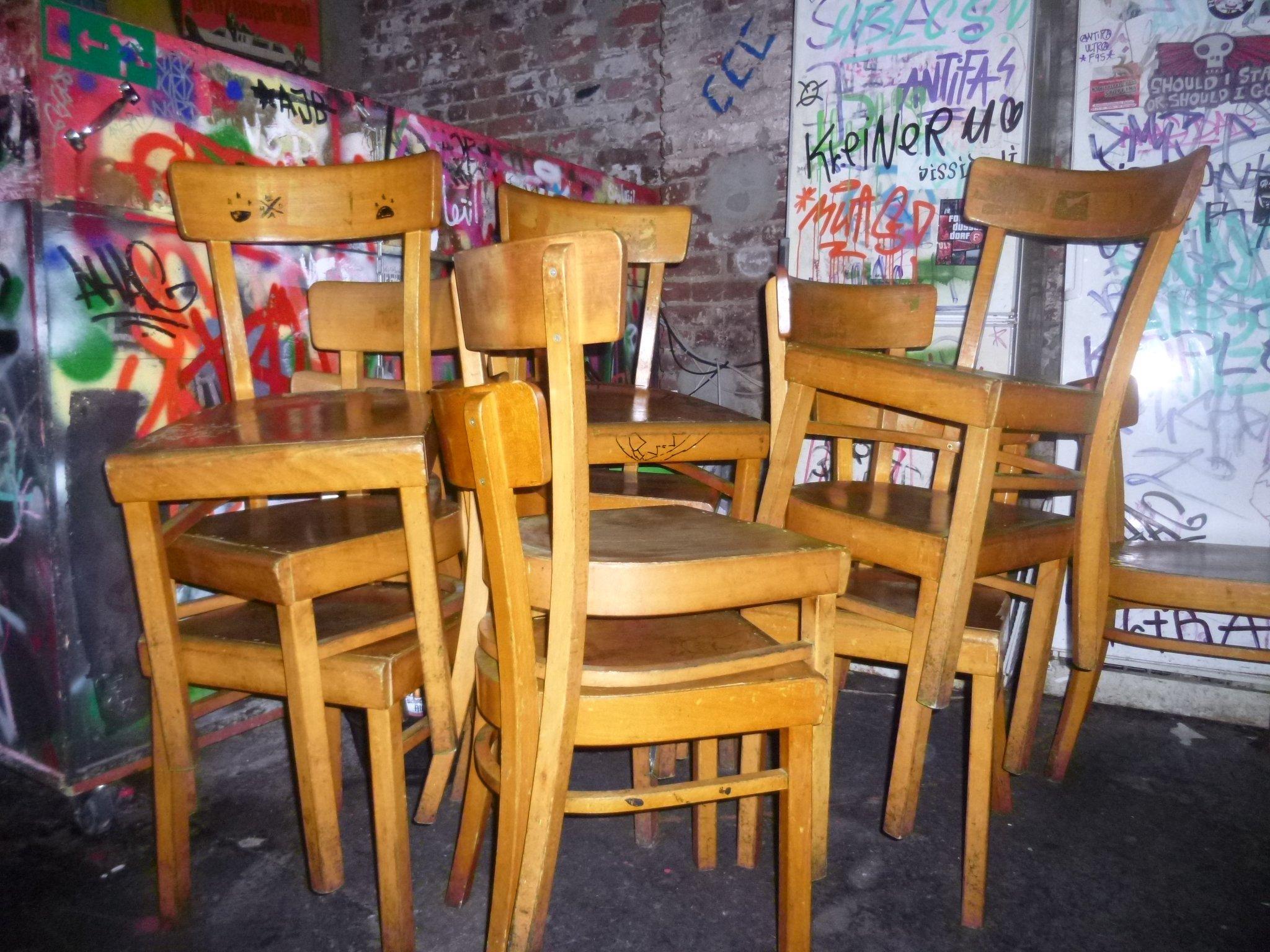 gestappelte Stühle